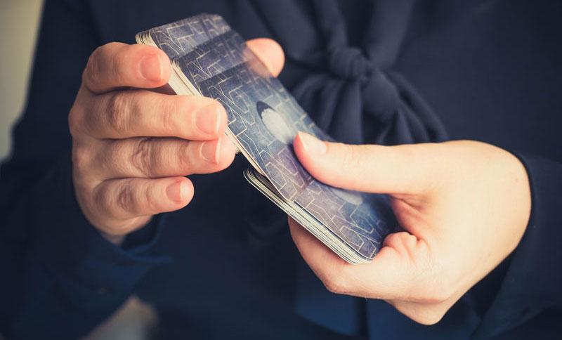 Was bedeuten Karten, die beim Mischen herausfallen?